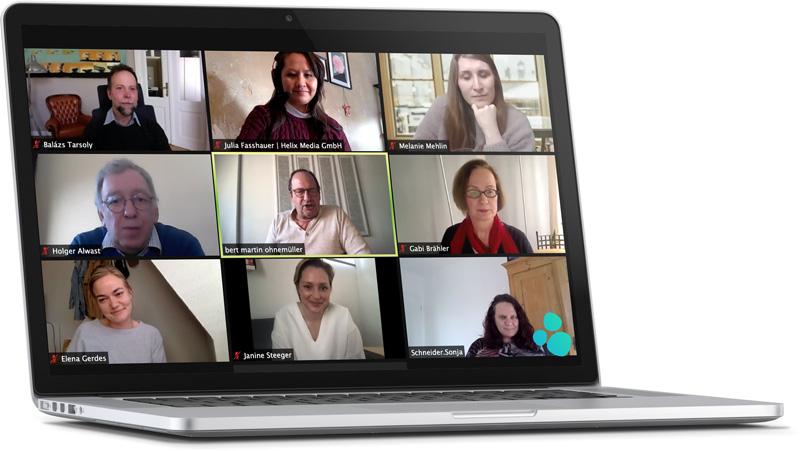 Laptop mit Gruppenfoto in Zoom